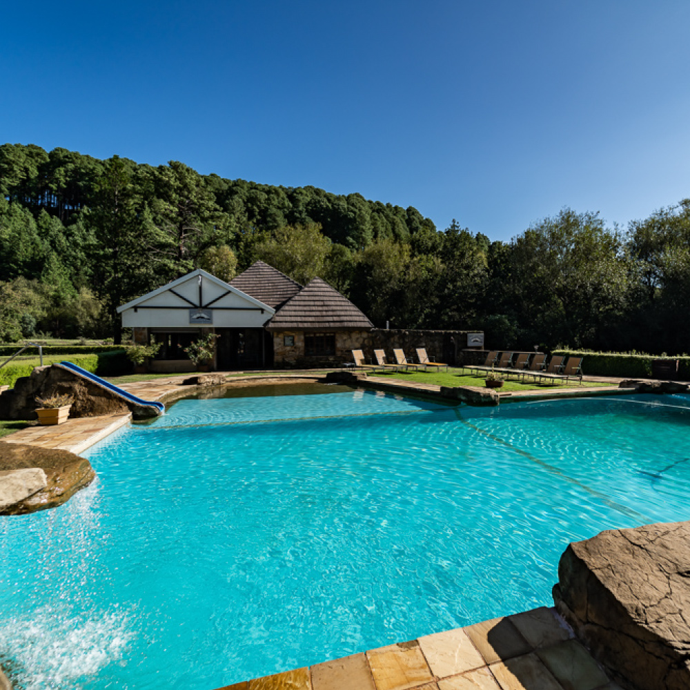 dining-at-fairways-drakensberg-berview-pool-bar